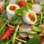 春の魅力を堪能する、アスパラガスとイチゴのサラダ