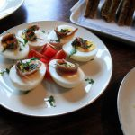 ゆで卵とアンチョビ、ケッパーの前菜