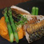 鯖のグリルとサツマイモのピュレ アスパラガスを添えて